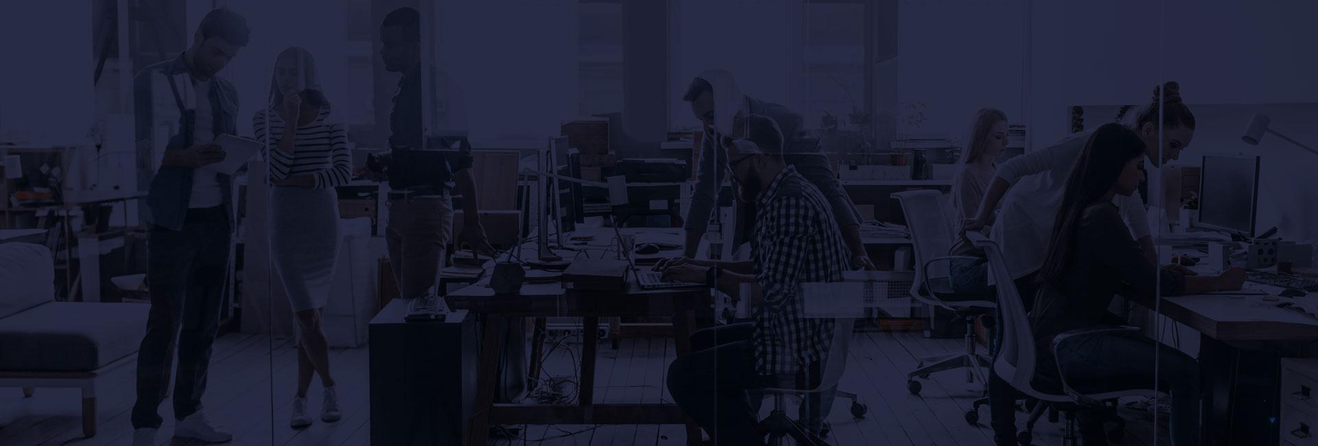 Pracownicy współpracują w biurze